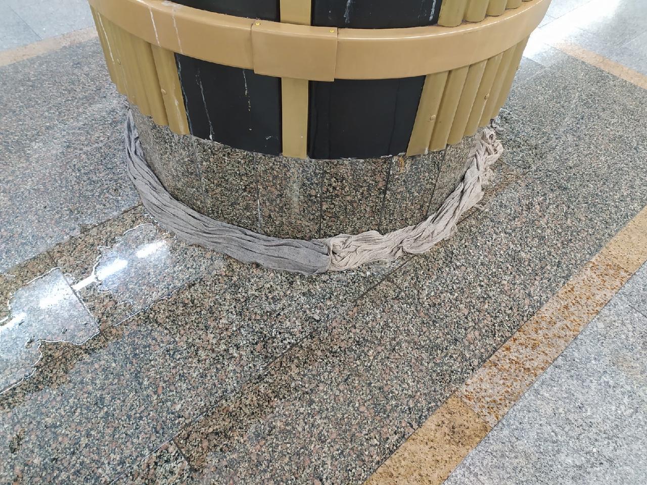 Фото На станции метро «Золотая Нива» в Новосибирске третий день не могут устранить течь с потолка 2