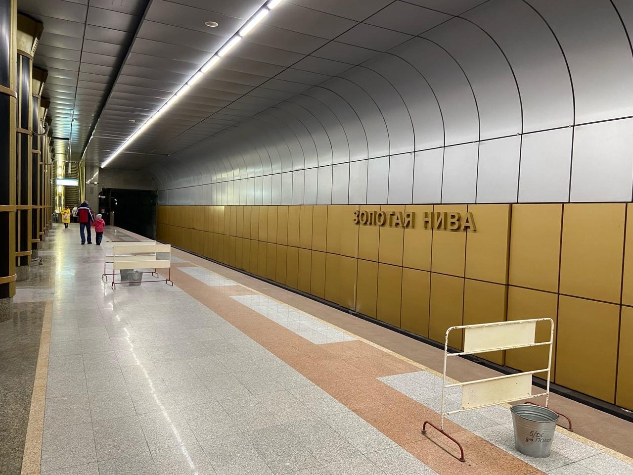 Фото На станции метро «Золотая Нива» в Новосибирске третий день не могут устранить течь с потолка 4