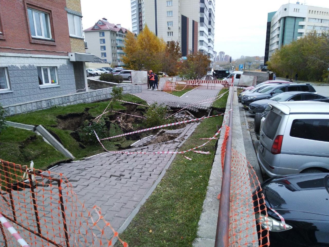 Фото «Город уходит под землю»: тротуар просел на улице Семьи Шамшиных после коммунальной аварии в Новосибирске 3