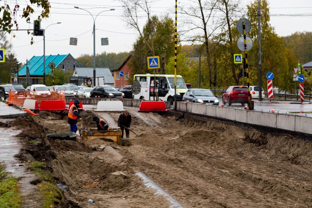 Фото «Заколебали эти пробки 24/7»: водители и пешеходы проклинают перекопанные из-за ремонта улицы Новосибирска 7