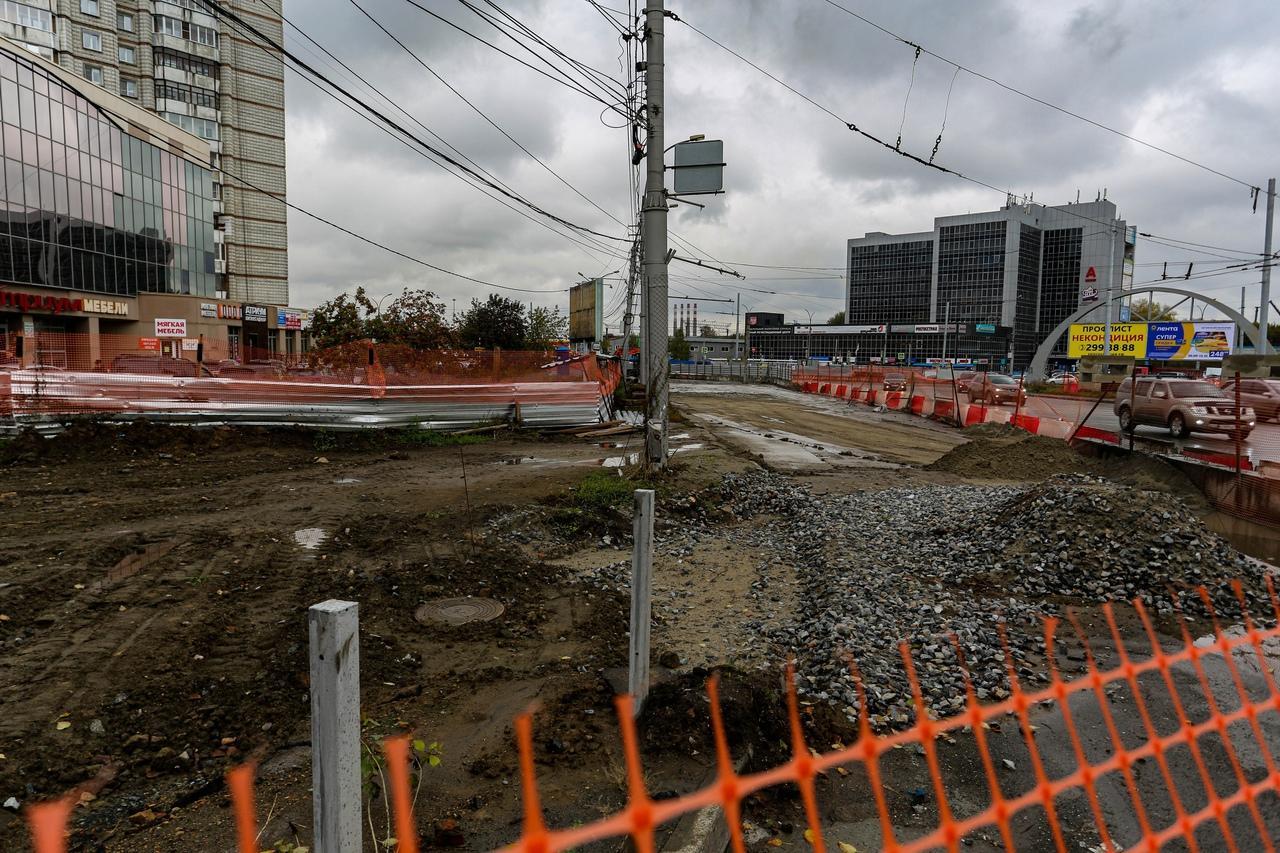 Фото «Заколебали эти пробки 24/7»: водители и пешеходы проклинают перекопанные из-за ремонта улицы Новосибирска 9