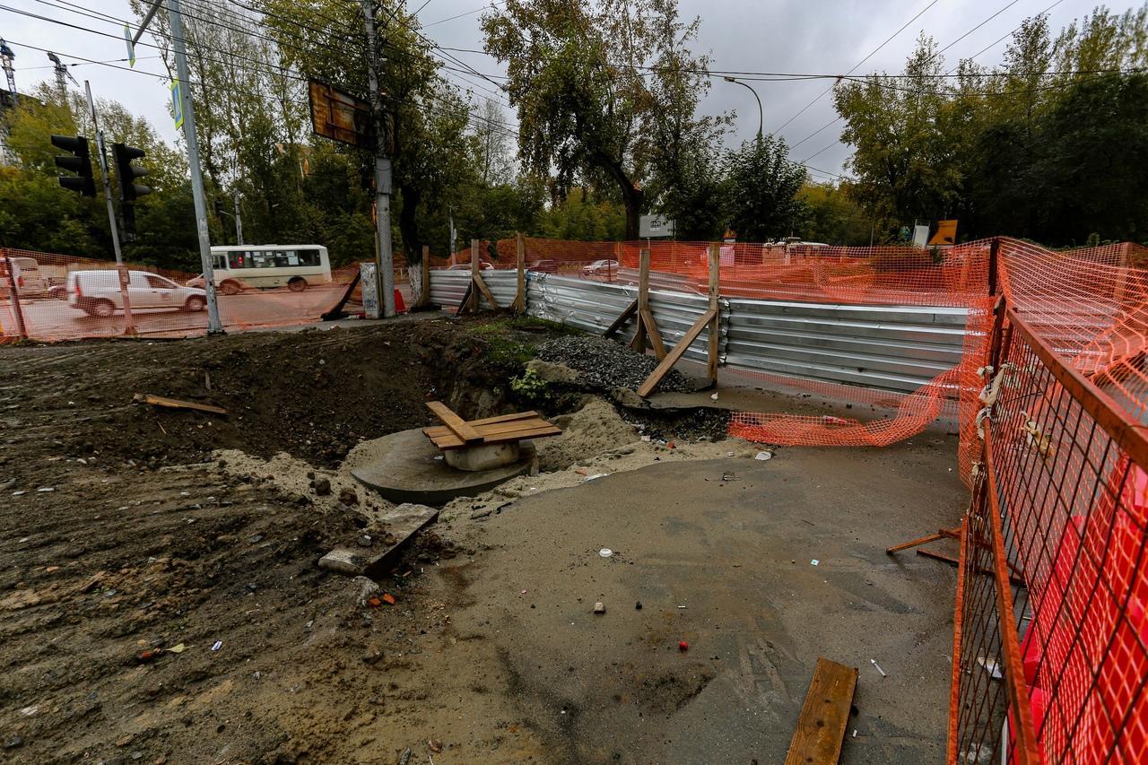 Фото «Заколебали эти пробки 24/7»: водители и пешеходы проклинают перекопанные из-за ремонта улицы Новосибирска 10