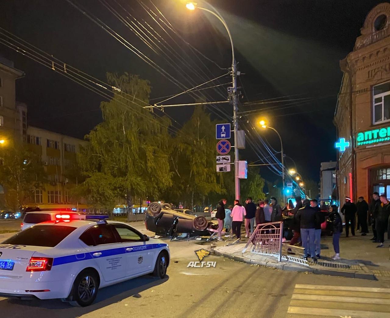 Фото Автомобиль перевернулся на крышу после ДТП в центре Новосибирска 2