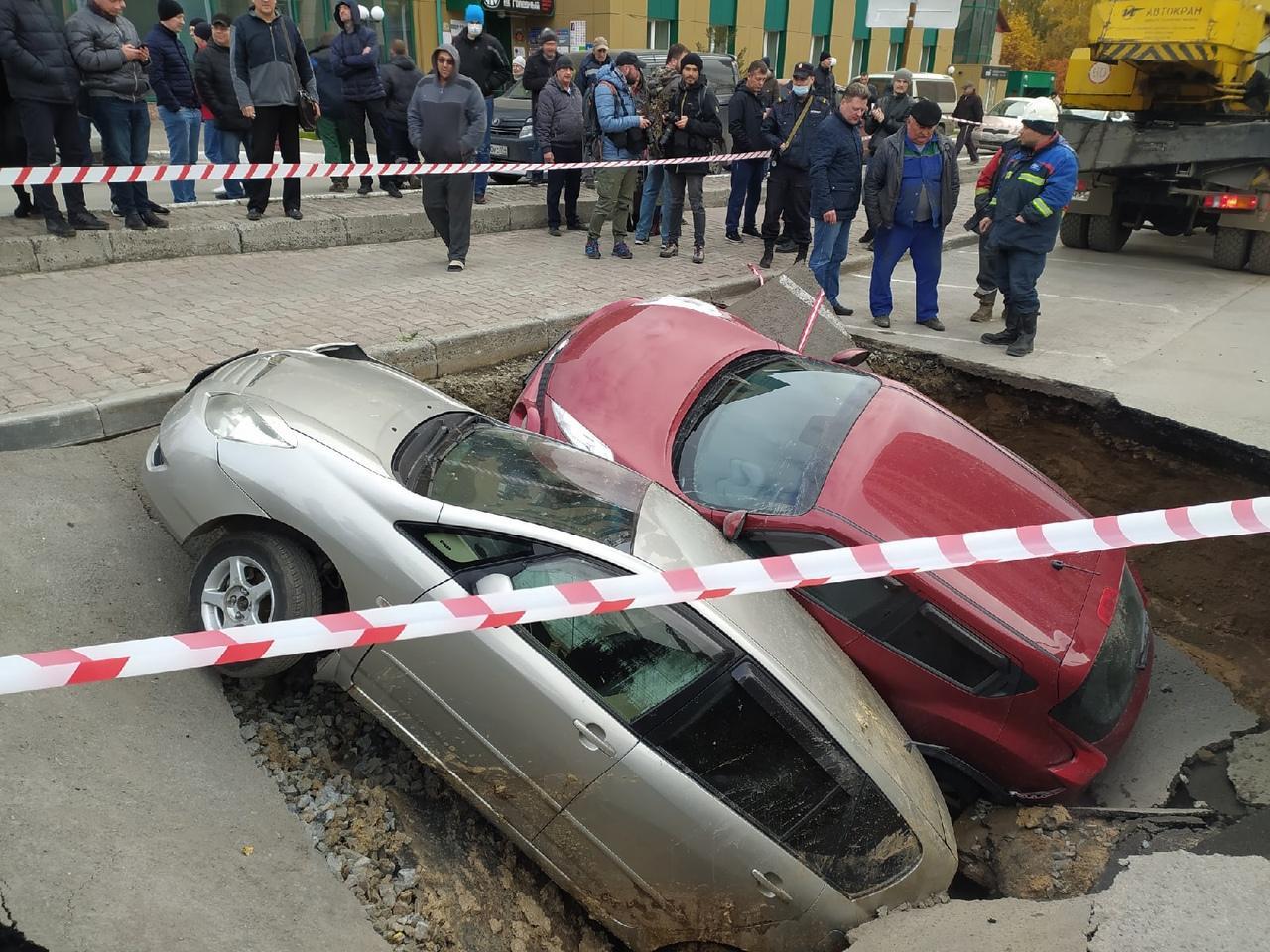 Фото Появились фото с места провала машин в яму с кипятком в Новосибирске 3