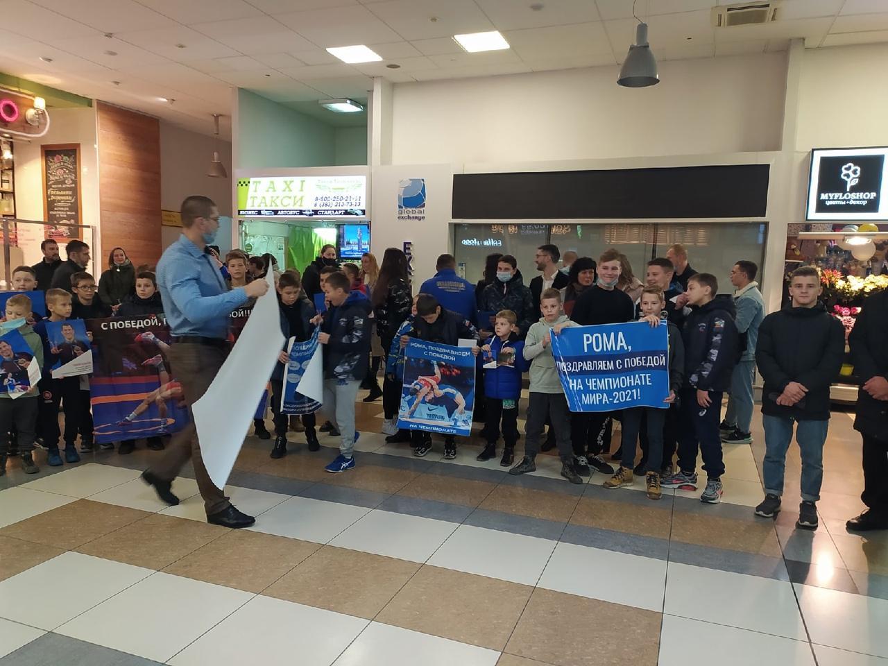 Фото Чемпион мира по борьбе Роман Власов прилетел в Новосибирск 3