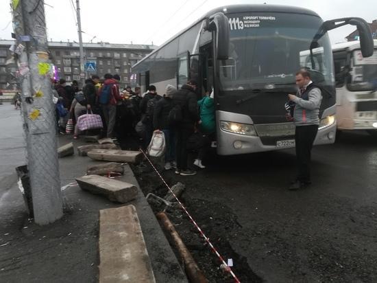 Фото В центре Новосибирска пассажиры вынуждены прыгать через ров для посадки в автобус 3