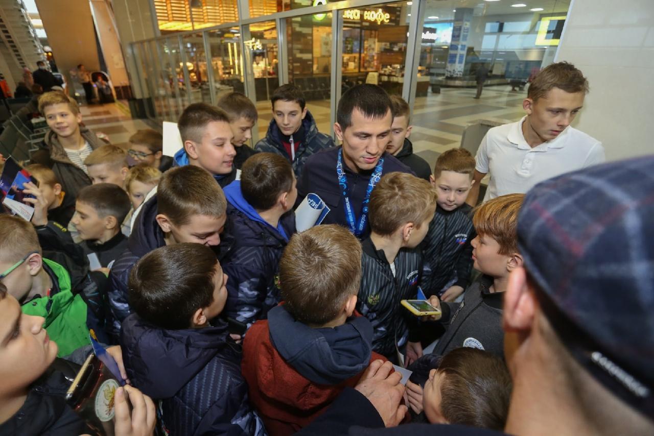Фото Чемпион мира по борьбе Роман Власов прилетел в Новосибирск 4