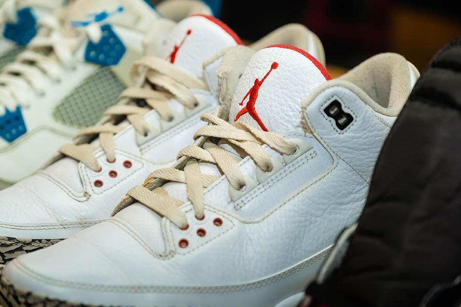 """Фото «Ты можешь быть в лохмотьях, но кроссовки скажут о тебе всё»: коллекционеры из Новосибирска привезут легендарную обувь на премьеру фильма «Майкл и его """"джорданы""""» 4"""