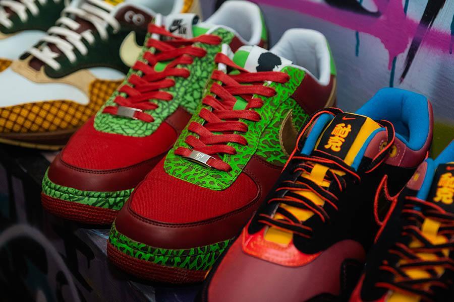 """Фото «Ты можешь быть в лохмотьях, но кроссовки скажут о тебе всё»: коллекционеры из Новосибирска привезут легендарную обувь на премьеру фильма «Майкл и его """"джорданы""""» 7"""