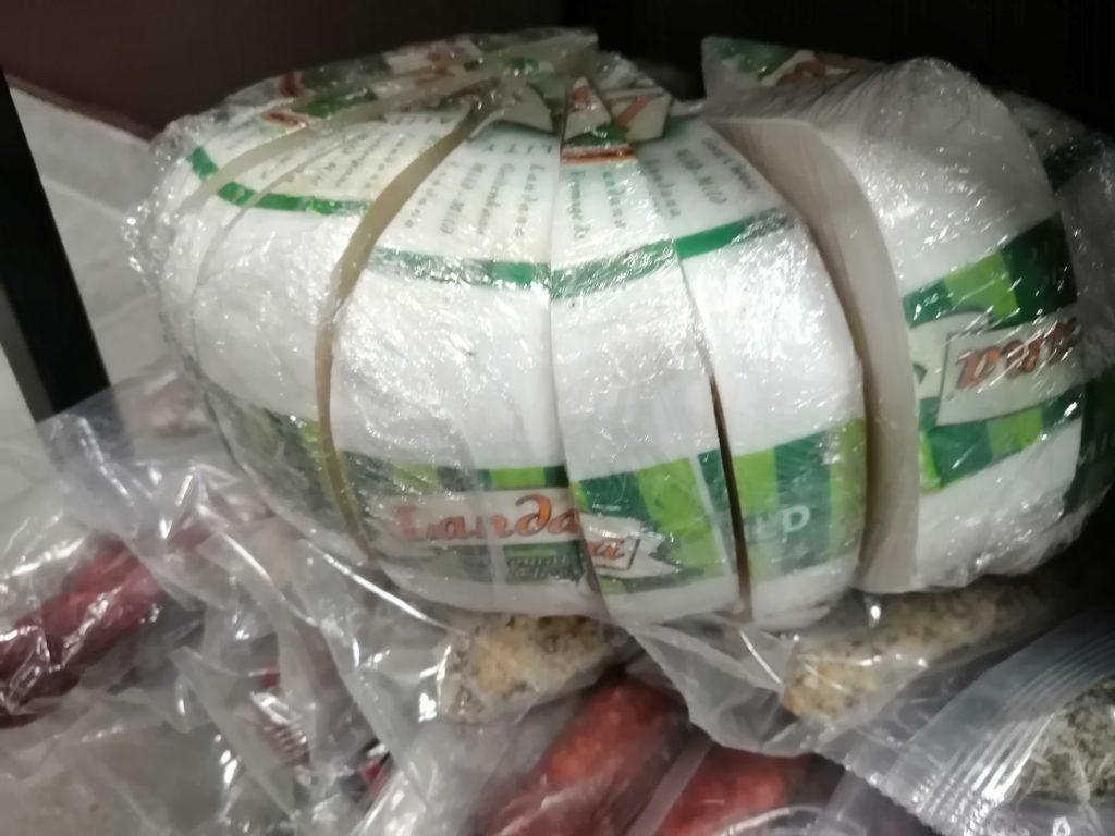 Фото В Новосибирске таможенники изъяли санкционный сыр и хамон 2