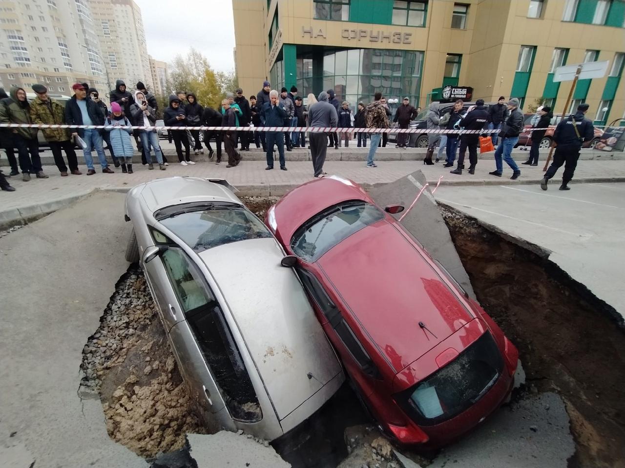 Фото На улице Фрунзе в Новосибирске начали поднимать провалившиеся под асфальт машины 2