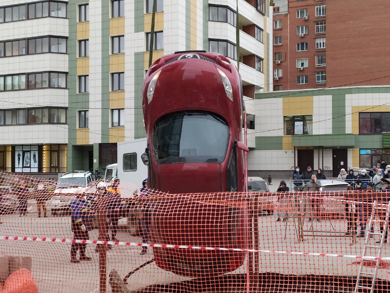 Фото Появились фото с места провала машин в яму с кипятком в Новосибирске 8