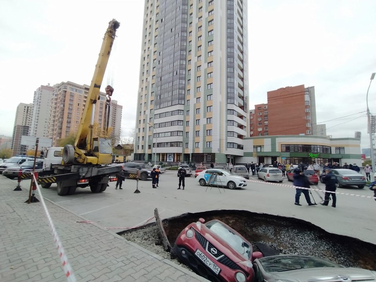 Фото На улице Фрунзе в Новосибирске начали поднимать провалившиеся под асфальт машины 3