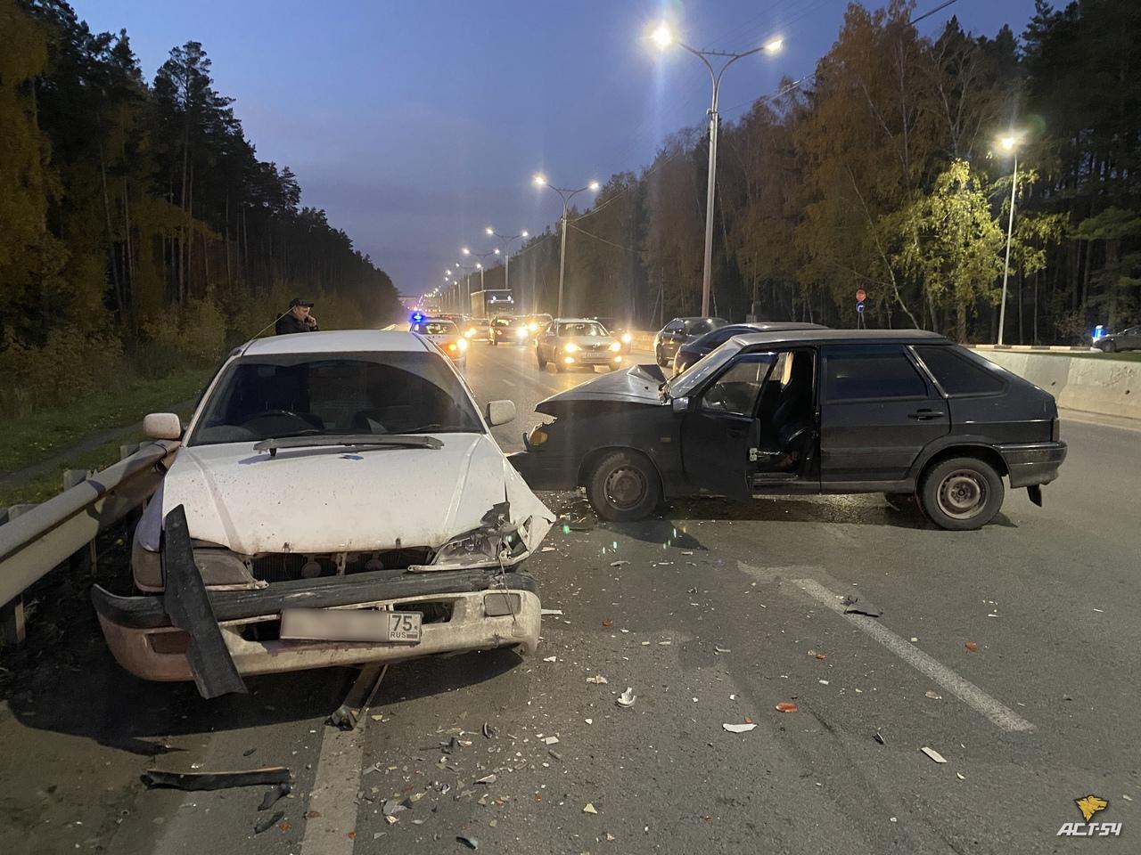 Фото Женщина за рулём ВАЗ протаранила «Тойоту» после аварии на Бердском шоссе в Новосибирске 2