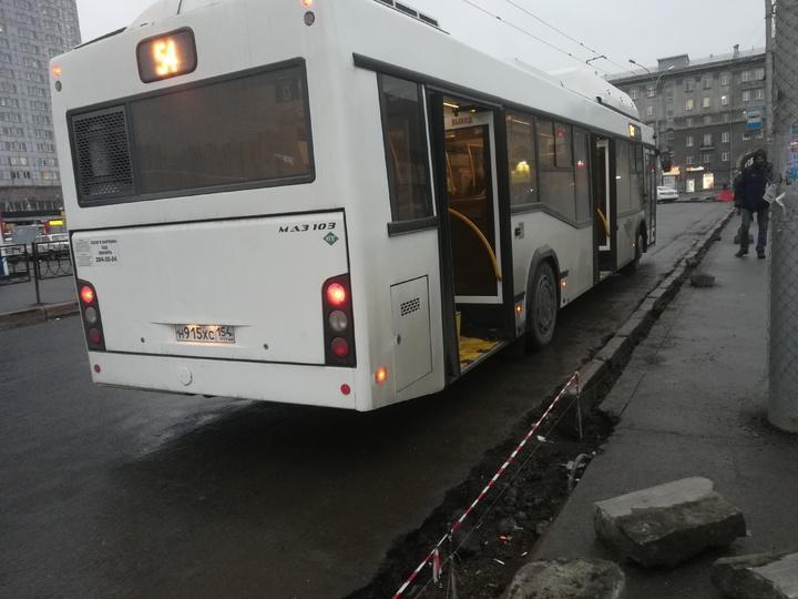 Фото В центре Новосибирска пассажиры вынуждены прыгать через ров для посадки в автобус 2