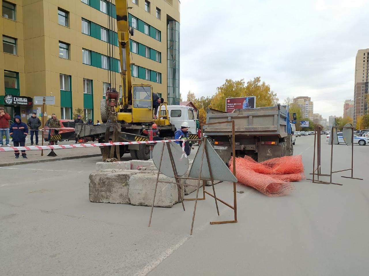 Фото Появились фото с места провала машин в яму с кипятком в Новосибирске 5