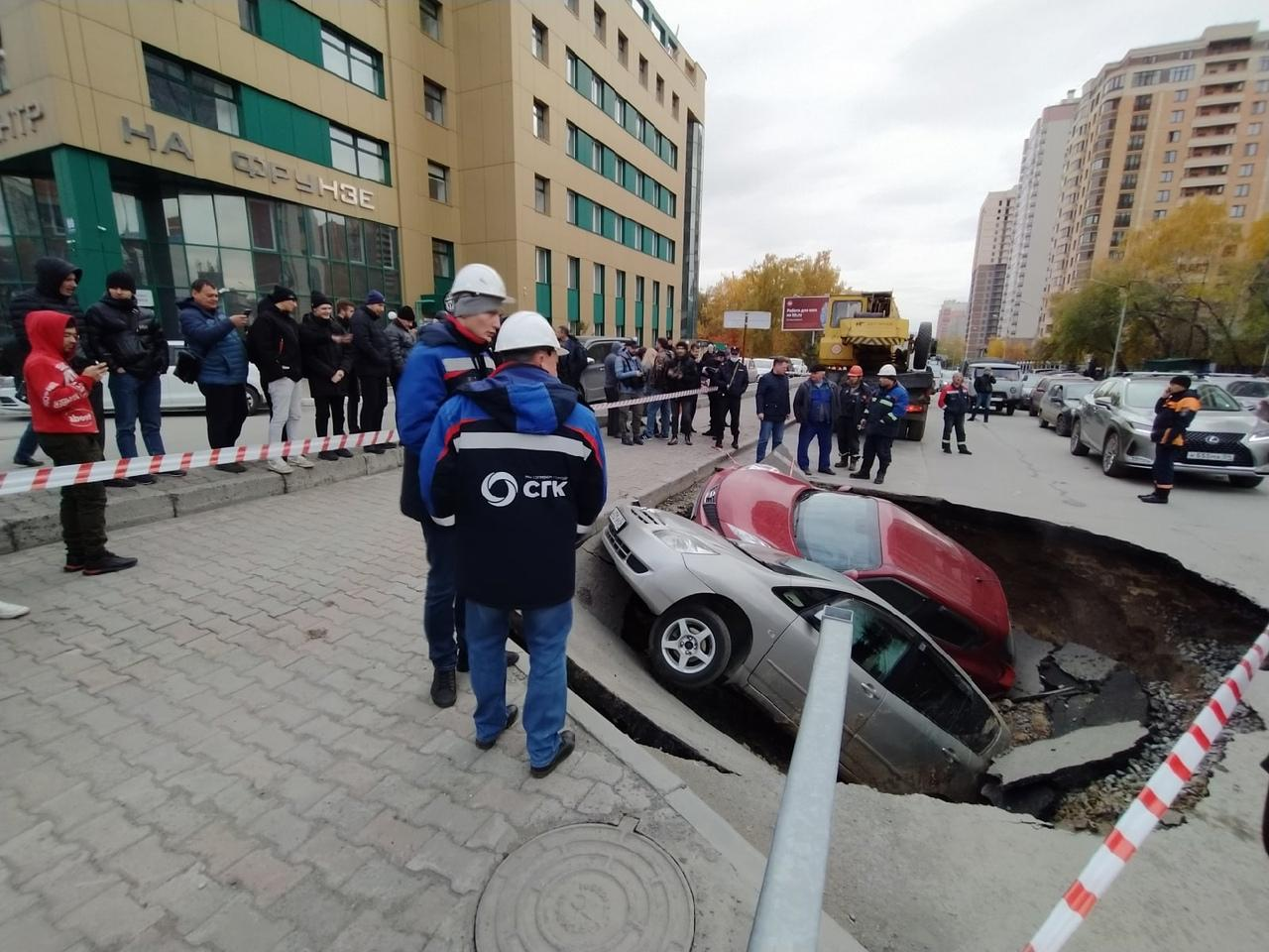 Фото Появились фото с места провала машин в яму с кипятком в Новосибирске 4