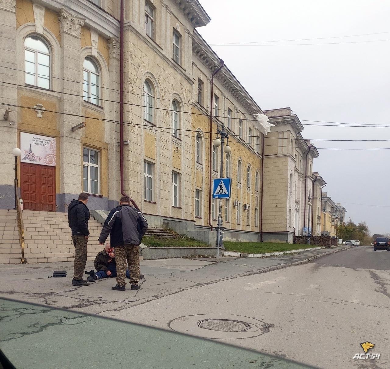 Фото В Новосибирске таксист выбросил пассажира и проехал ему по ногам 2