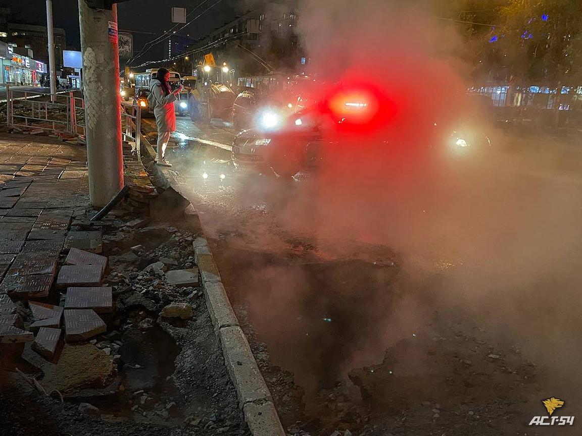 Фото Прокуратура начала проверку после провала легковушки в яму с кипятком в Новосибирске 2