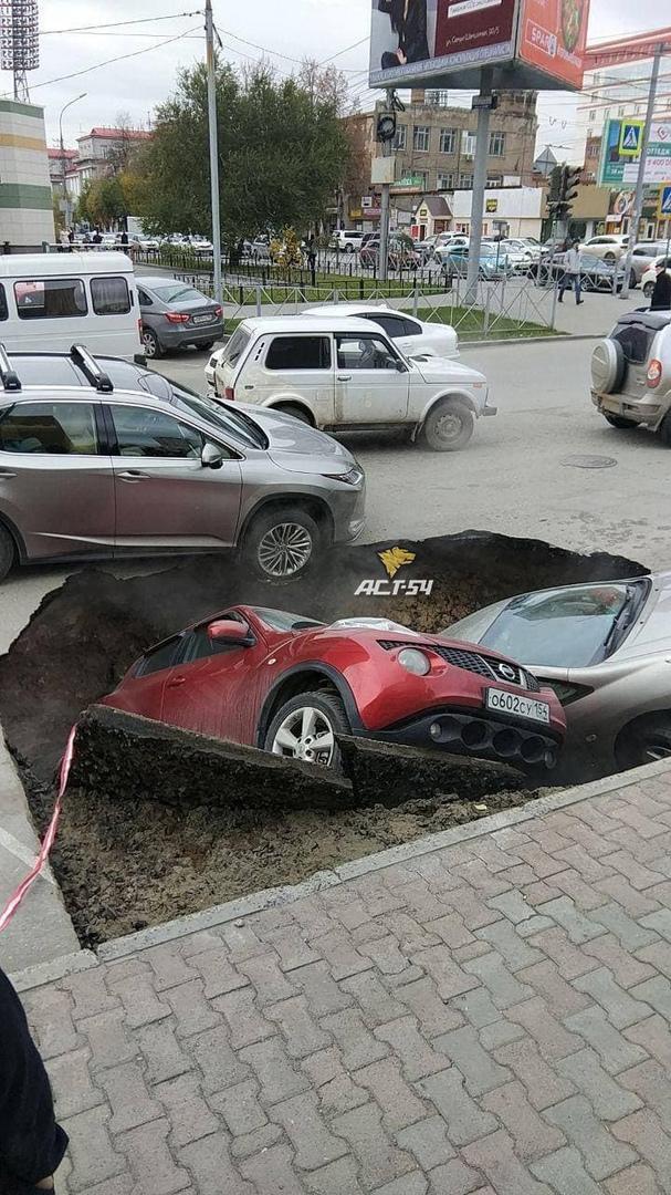 Фото Два автомобиля провалились под асфальт на улице Фрунзе в Новосибирске 2