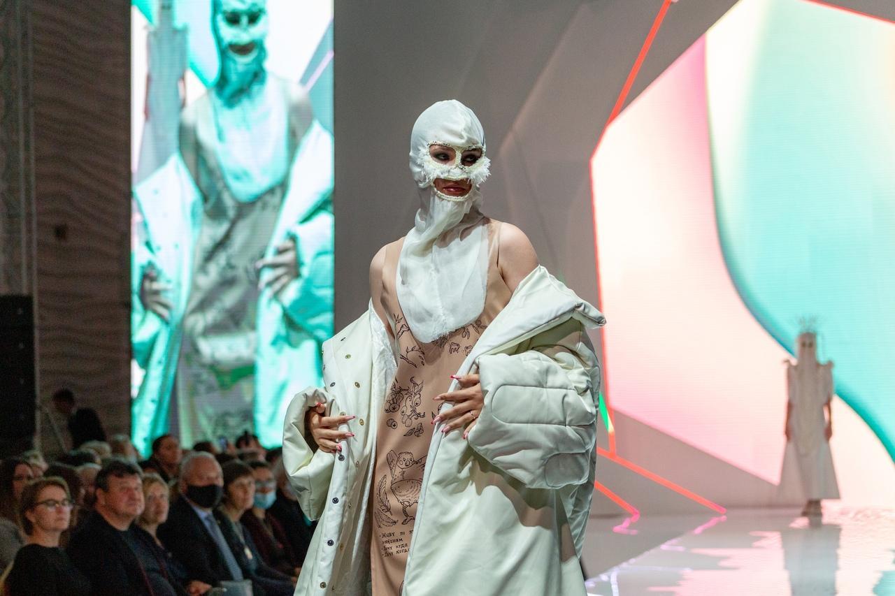 Фото Купальник под шубой: что показали модели на конкурсе дизайнеров «Сибирский кутюрье» в Новосибирске 11