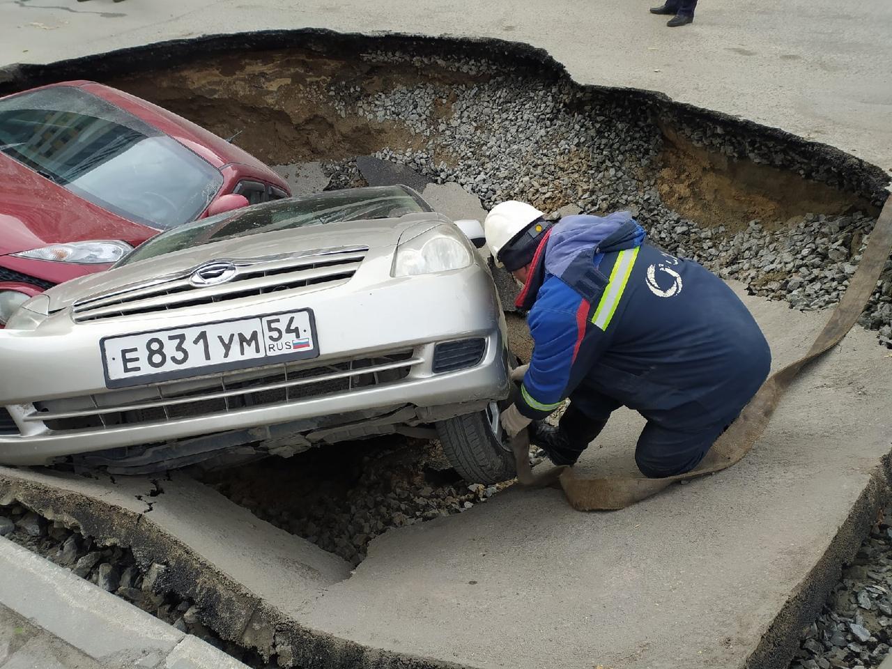 Фото На улице Фрунзе в Новосибирске начали поднимать провалившиеся под асфальт машины 4