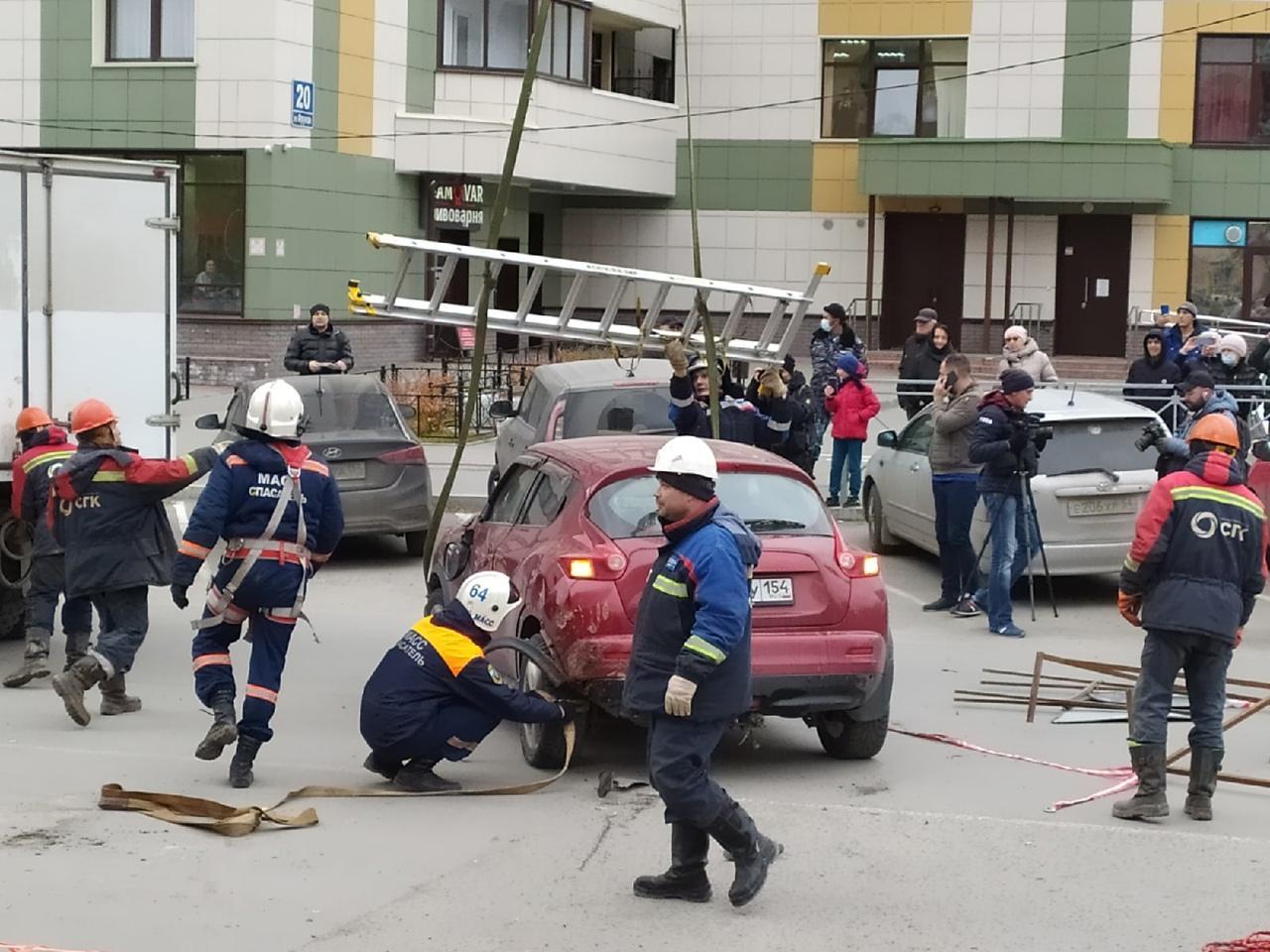 Фото Появились фото с места провала машин в яму с кипятком в Новосибирске 9