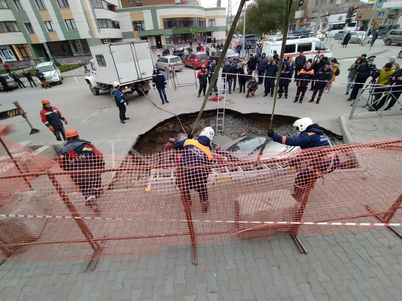 Фото Появились фото с места провала машин в яму с кипятком в Новосибирске 6