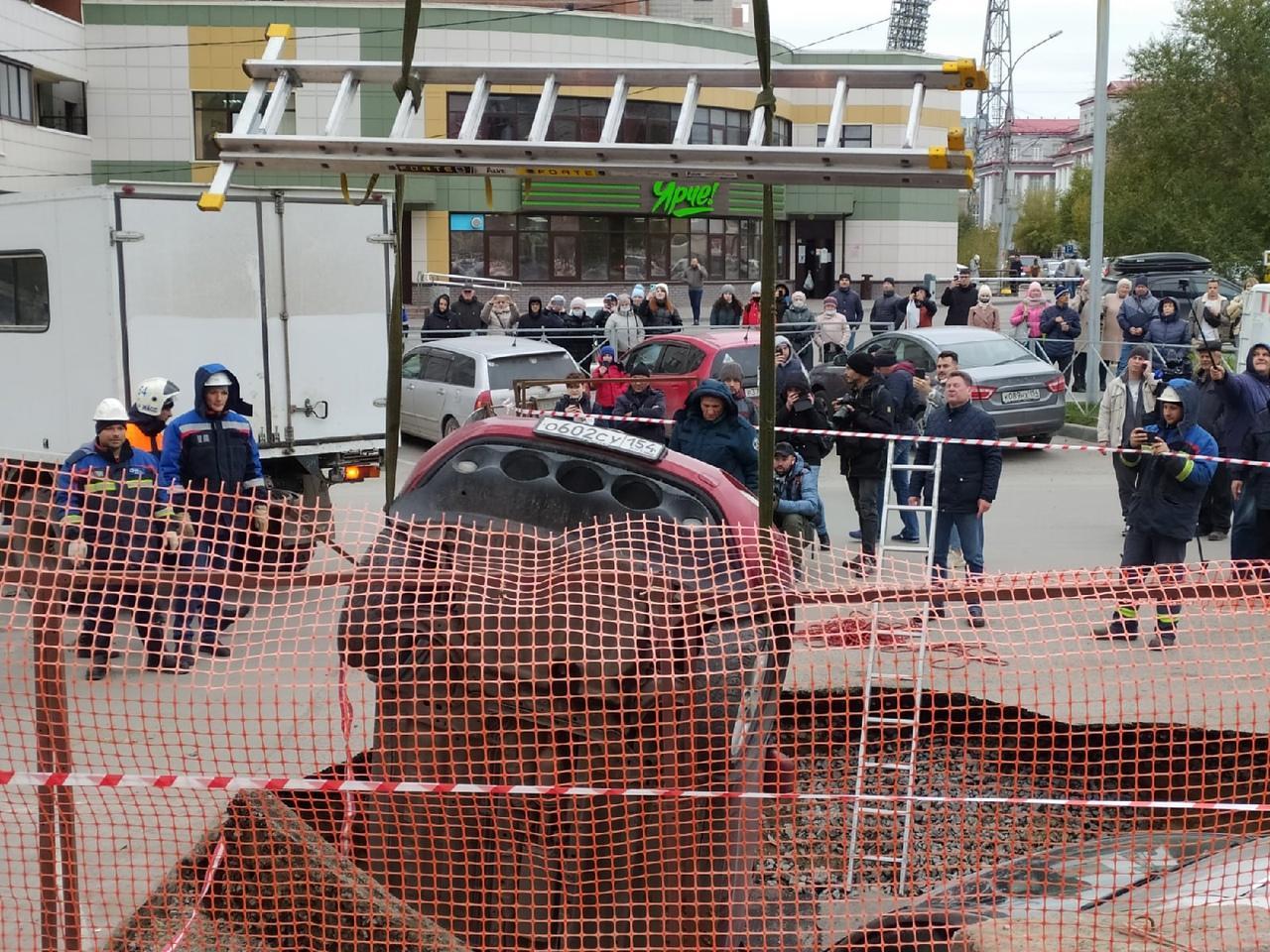 Фото Появились фото с места провала машин в яму с кипятком в Новосибирске 7