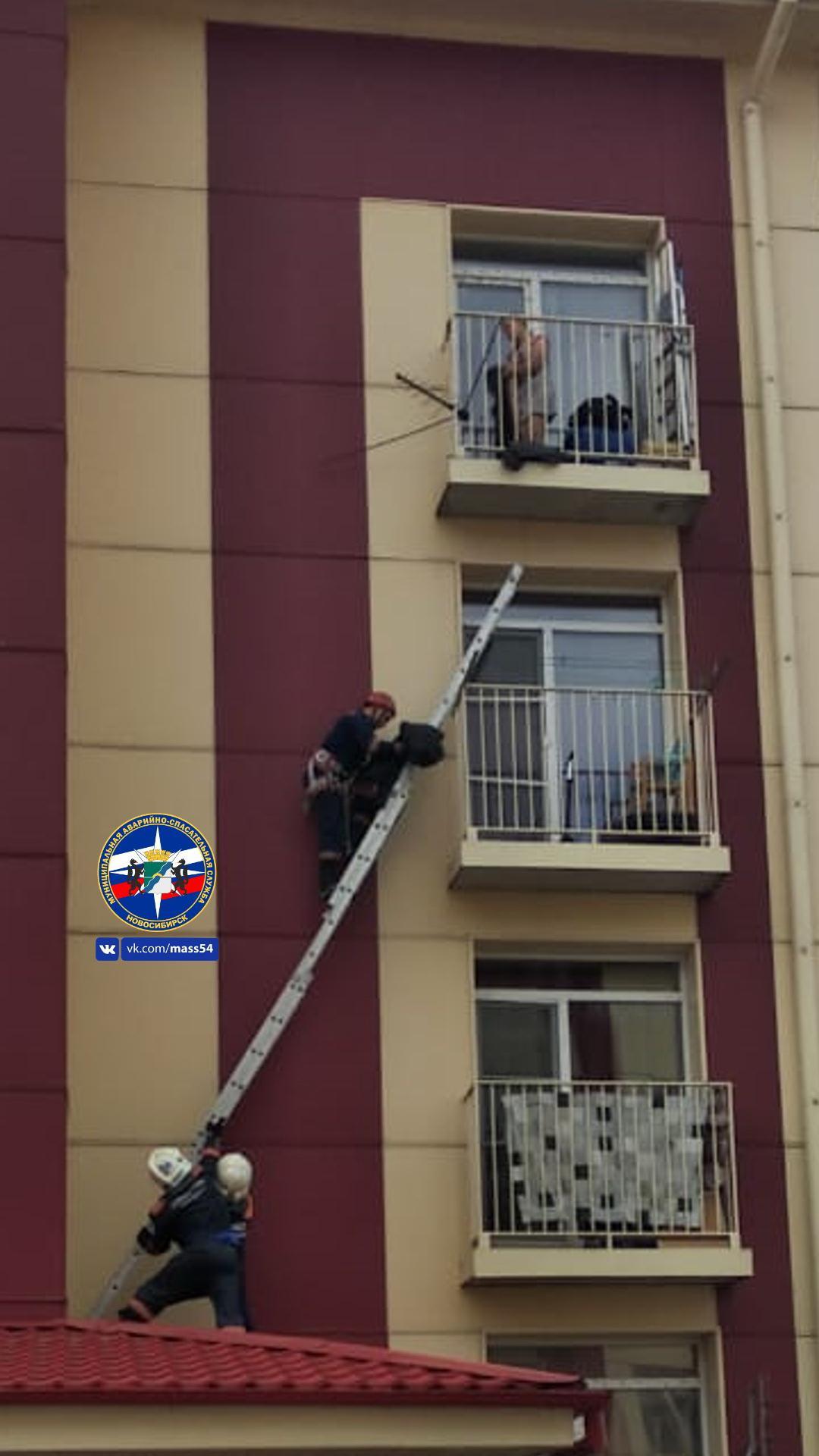 Фото Двухлетняя малышка закрыла маму на балконе: понадобилась помощь спасателей 2