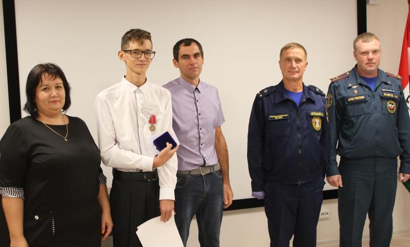 Фото Настоящие герои: новосибирские подростки получили награды МЧС за спасение людей на пожаре 2