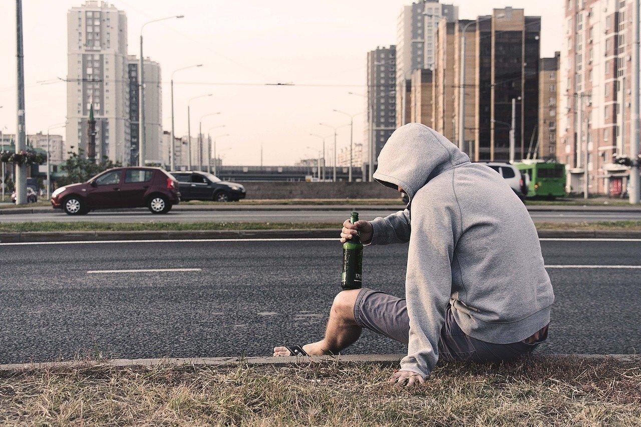 Фото Выпить и закусить: житель Алтайского края угнал фургон с продуктами, чтобы отметить выходной 2