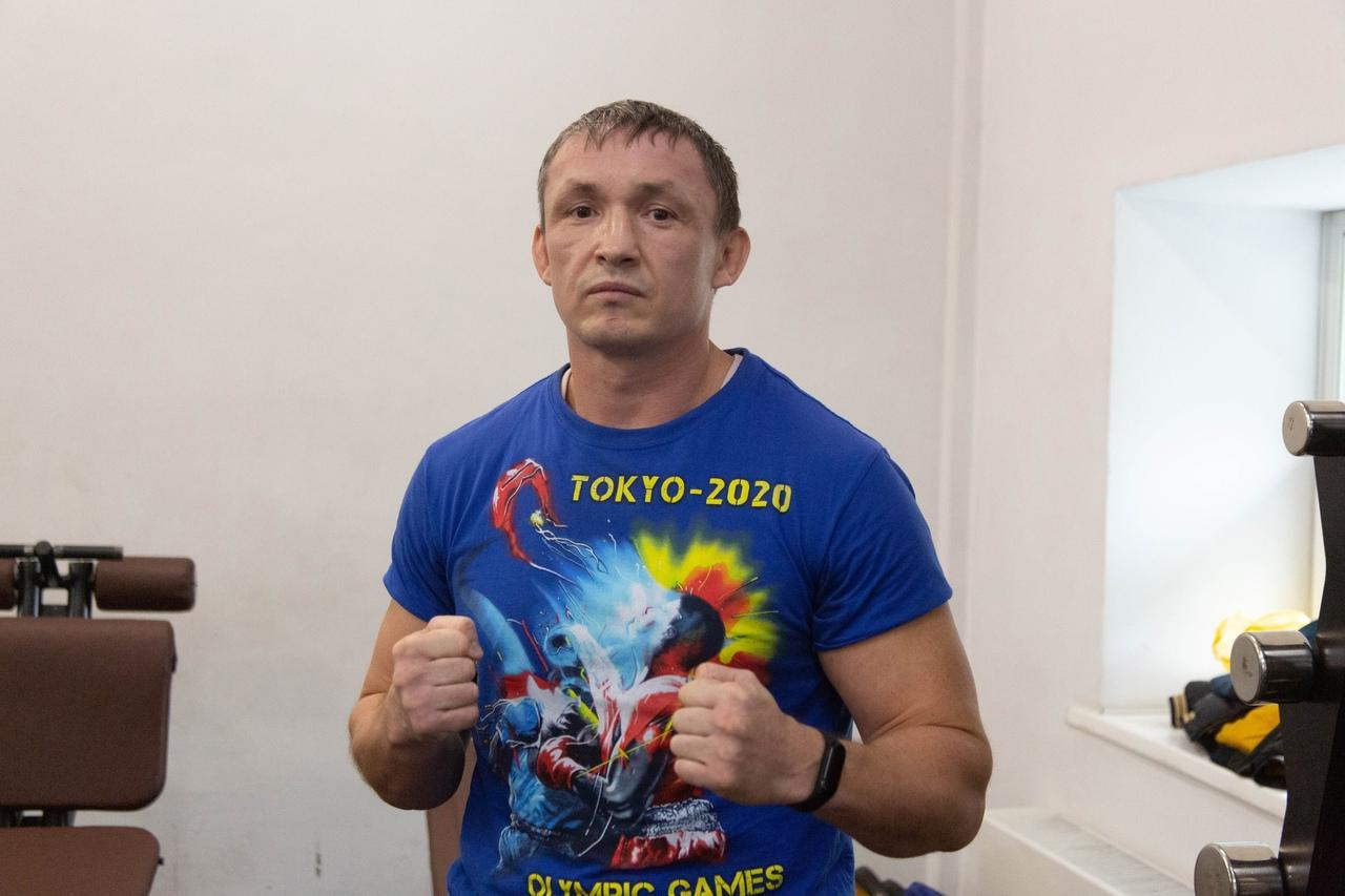 Фото «Настоящее рубилово»: бывший гимнаст, программист и 40-летний фитнес-тренер проверили себя на прочность на боксёрском ринге в Новосибирске 5