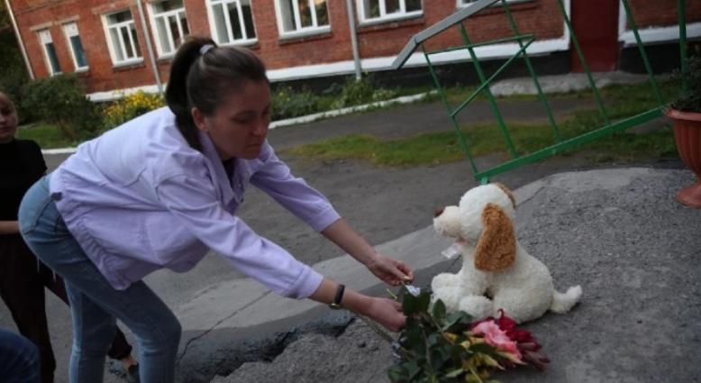 Фото В Кузбассе появился стихийный мемориал в память об убитых 10-летних девочках 2