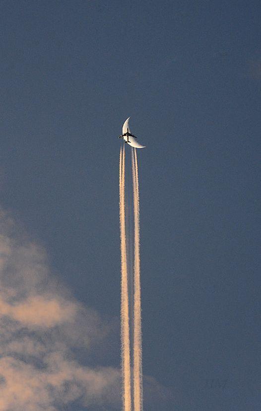 Фото «Стечение счастливых обстоятельств»: фотограф Павел Мирошников запечатлел самолёт на фоне полумесяца в Новосибирске 2