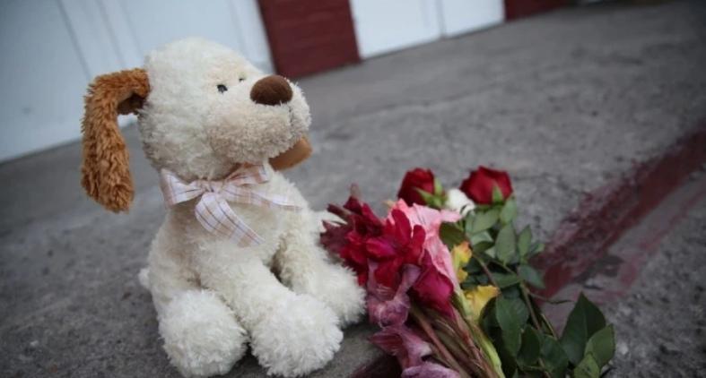Фото В Кузбассе появился стихийный мемориал в память об убитых 10-летних девочках 3
