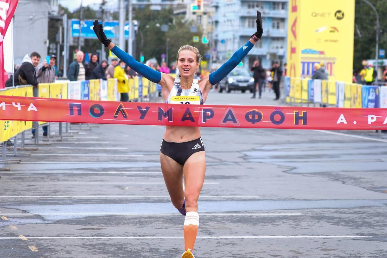 Фото Бегуньи на старте: топ-10 самых красивых участниц полумарафона Раевича в Новосибирске 12
