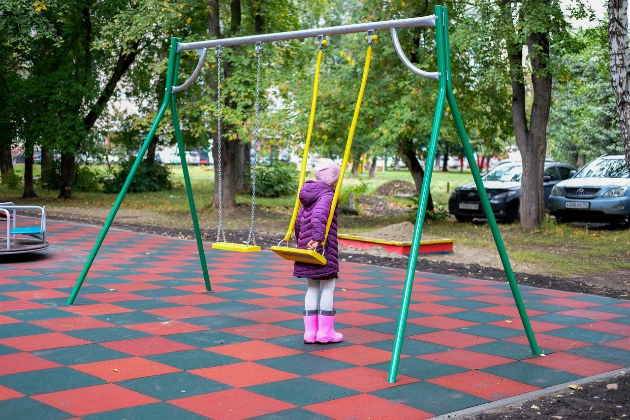 Фото Готовность новых детских площадок на левом берегу Новосибирска проверили депутаты 3