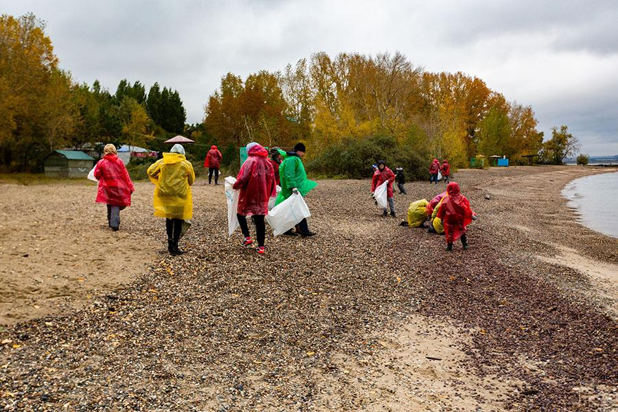 Фото Собрали мусор – сберегли планету: сотрудники Сбербанка и экологи очистили от мусора берег Обского моря 4