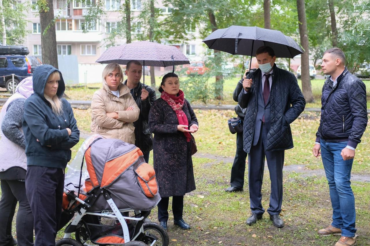 Фото Готовность новых детских площадок на левом берегу Новосибирска проверили депутаты 2