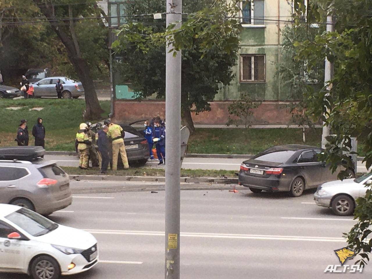Фото Hyundai Solaris отбросило на тротуар после столкновения с Toyota Camry в Новосибирске 2