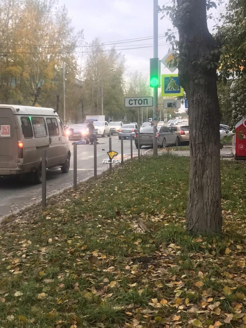 Фото От удара слетела обувь: водитель BMW сбил мужчину на пешеходном переходе в Новосибирске 2