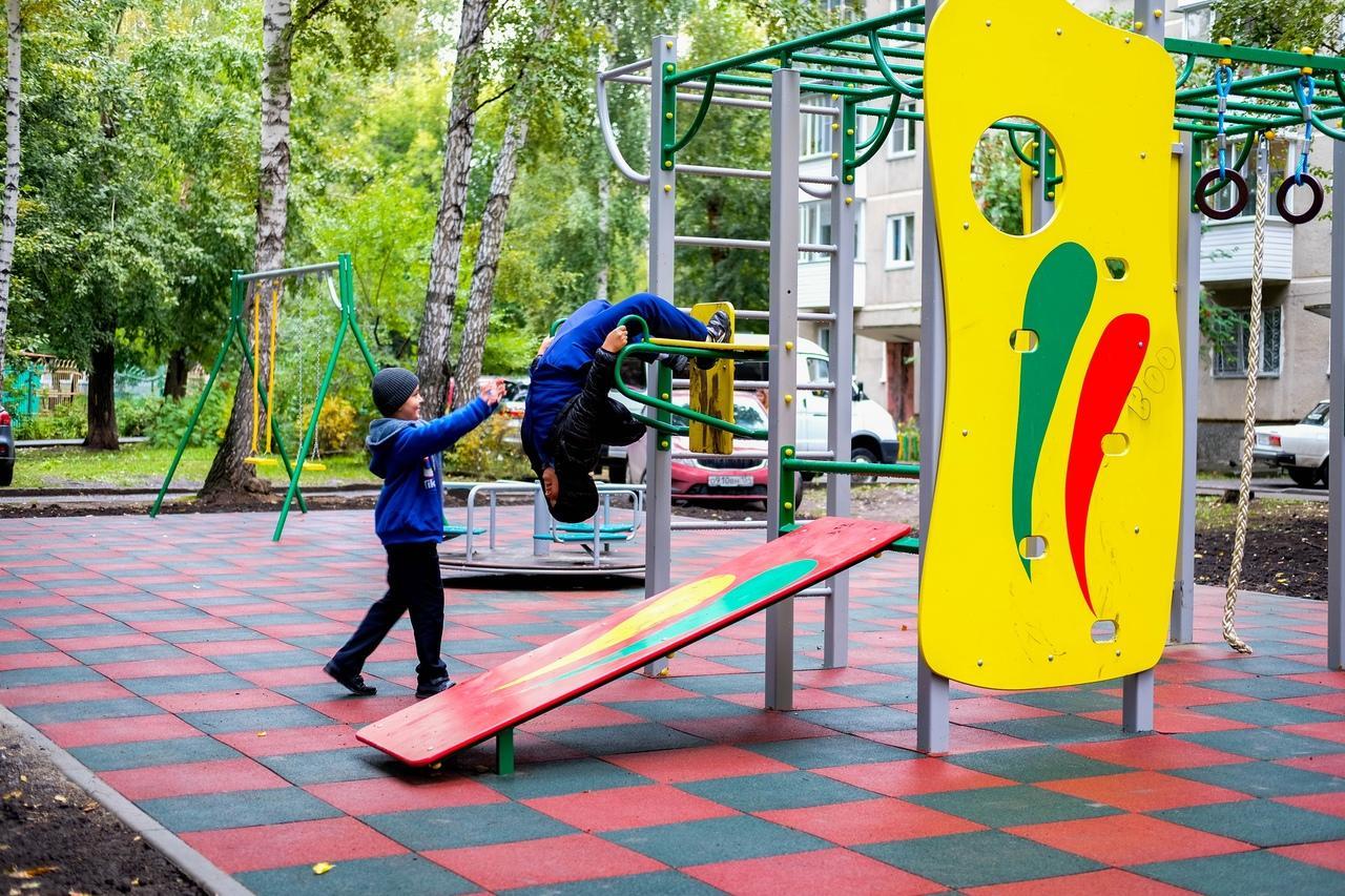 Фото Готовность новых детских площадок на левом берегу Новосибирска проверили депутаты 4