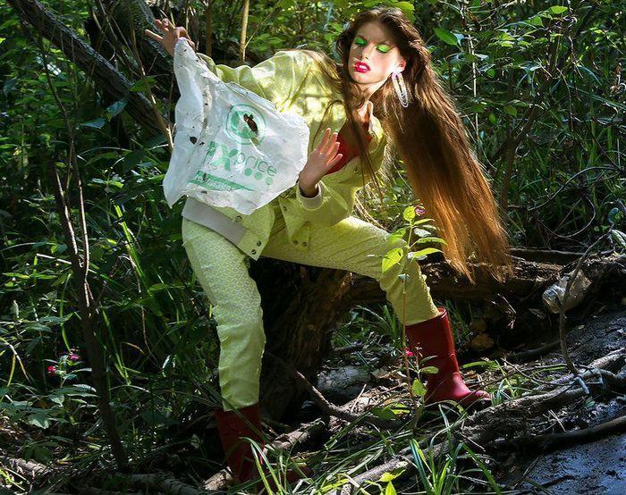 Фото Фотосессию в дизайнерских платьях устроили на мусорной свалке в Новосибирске 3