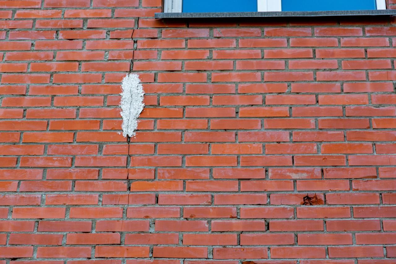 Фото «Страшно, стены лопаются»: новосибирцы обвинили строителей нового ЖК в разрушении жилого дома у бывшего городского аэропорта 3