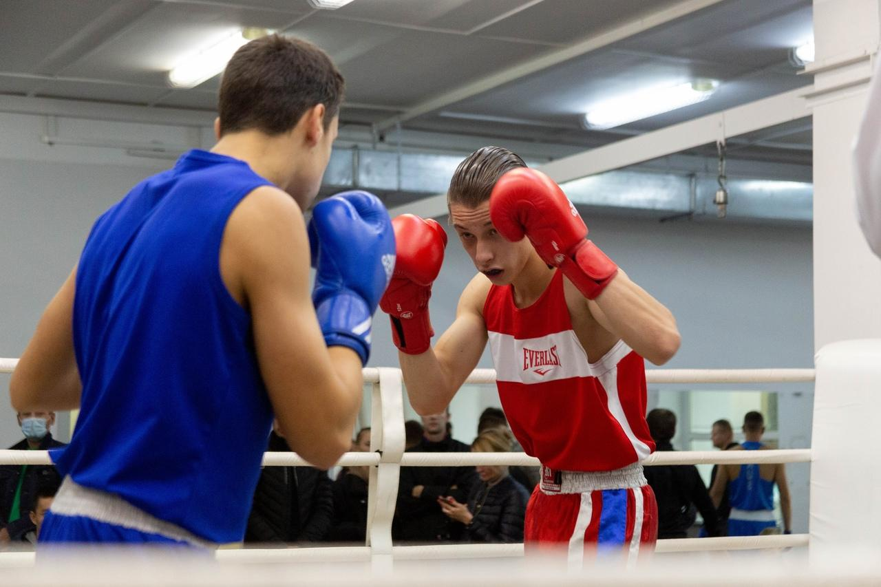 Фото «Настоящее рубилово»: бывший гимнаст, программист и 40-летний фитнес-тренер проверили себя на прочность на боксёрском ринге в Новосибирске 4