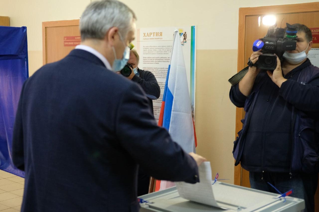 Фото Губернатор Андрей Травников проголосовал на выборах в Госдуму в Новосибирске 2