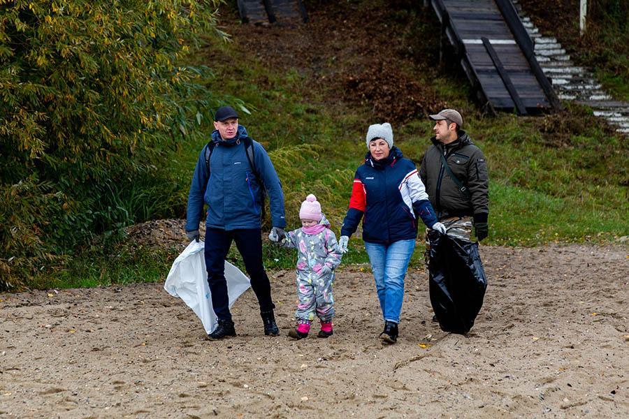 Фото Собрали мусор – сберегли планету: сотрудники Сбербанка и экологи очистили от мусора берег Обского моря 8