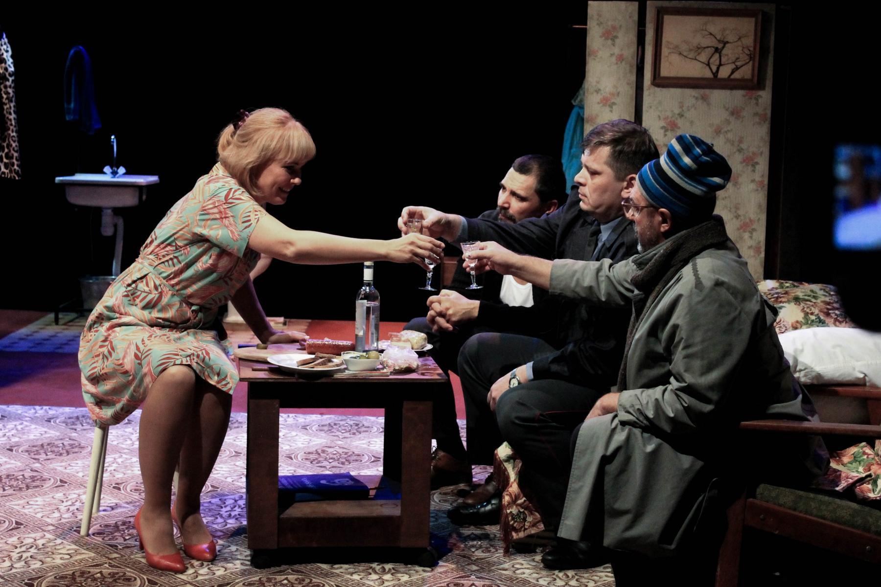 Фото Гудбай, Америка: в новосибирском «Красном факеле» показали спектакль о любви в коммунальной квартире 8