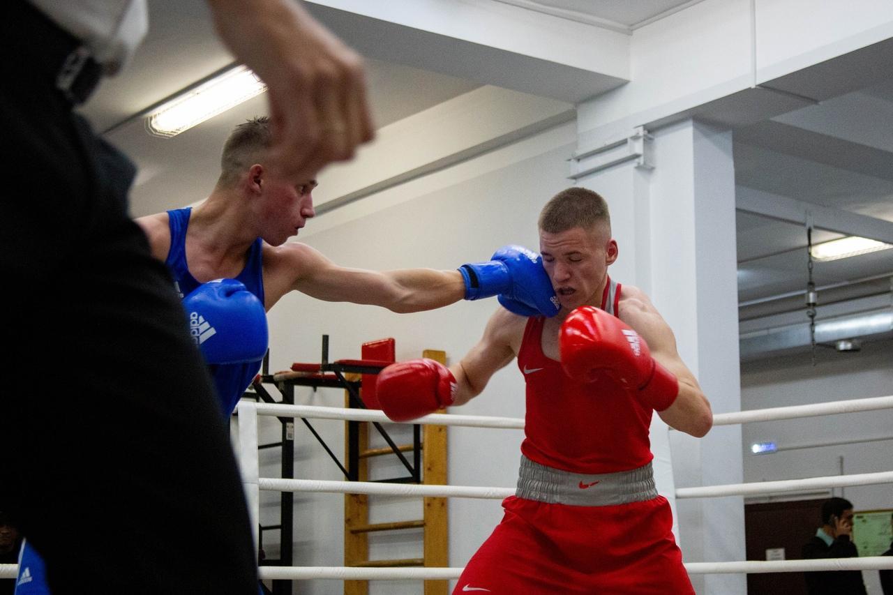 Фото «Настоящее рубилово»: бывший гимнаст, программист и 40-летний фитнес-тренер проверили себя на прочность на боксёрском ринге в Новосибирске 7